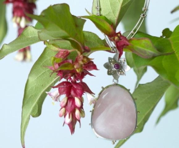 Zilveren ketting met gouden bolletjes, rozenkwarts en robijn.