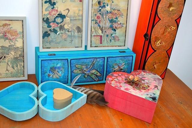 Gedenkdoosjes waarbij verschillende technieken zijn gebruikt, waaronder smeden, schilderen, collages van papier.