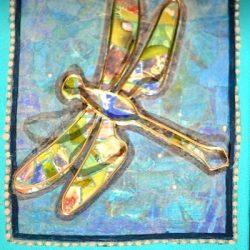 Detail van gedenkdoosje met libellen