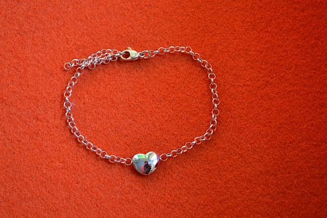 In het zilveren hangertje aan de armband is as verwerkt van een dierbare overledene.