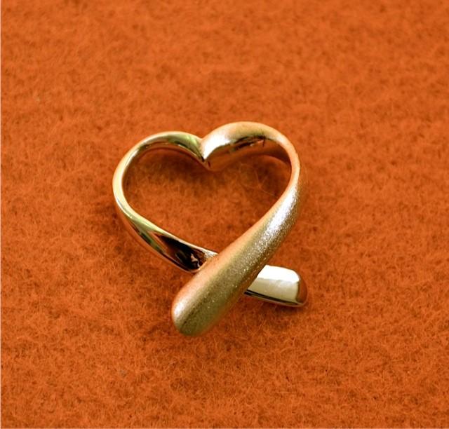 Een gouden ring van een dierbare overledene is verwerkt tot een hanger waarin de as van de overledene is verwerkt.