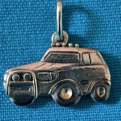assieraad Zilveren hanger in de vorm van een auto waarin de as is verwerkt van een dierbare overledene.