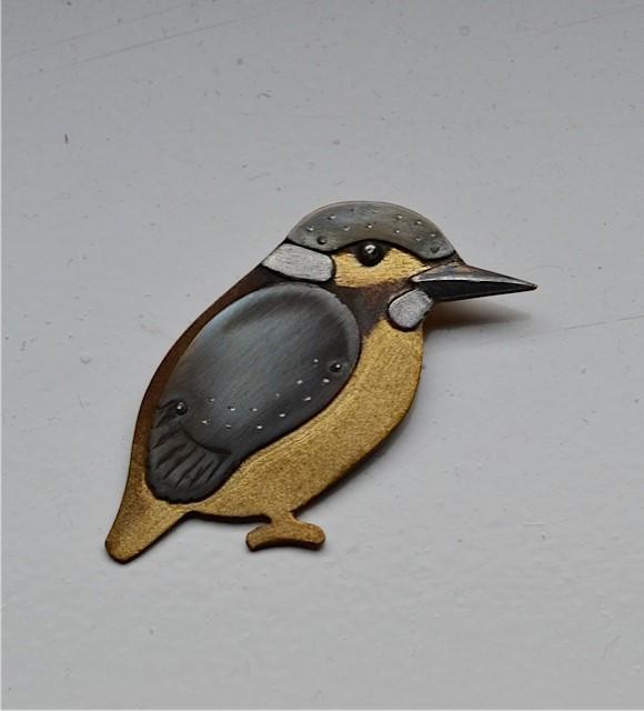 Hanger in de vorm van een ijsvogel. Zilver, titanium en tombak.