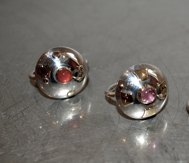 Ring Schild. Zilveren ring met goudstukjes en gezette tourmalijn.
