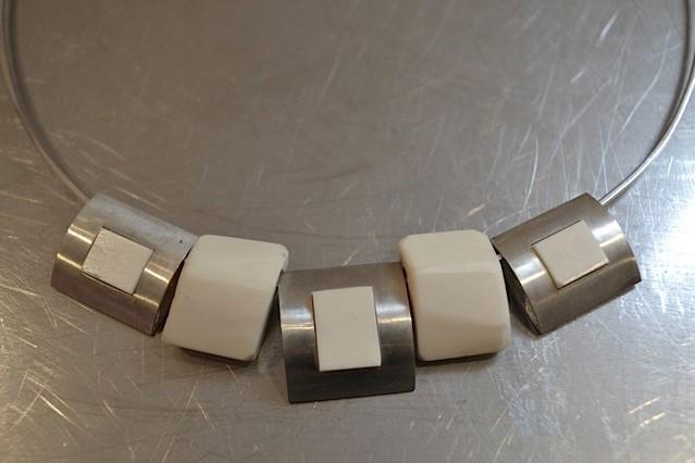 Spang met zilveren en benen hangers