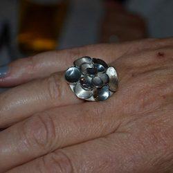 Zilveren ring. Gemaakt door cursisten voor een gemeenschappelijke vriendin. Iedere vriendin heeft een onderdeel uitgezaagd en Charlotte heeft hem samengevoegd tot een ring.